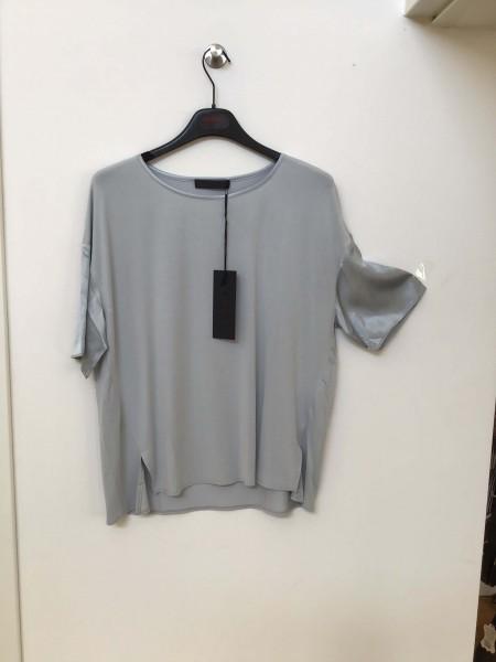 FFC leichtes legeres hellblaues Shirt mit Seidenglanz am Halsausschnitt und Ärmel